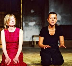 Romane Bohringer sur scène avec Isabelle Carré au Théâtre de l'Atelier en 2002.