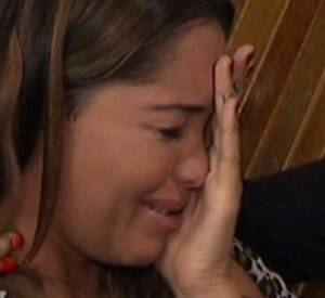 """Dans l'épisode d'""""Allo Nabilla"""" du mercredi 6 août 2014, la jeune femme perd la bague que Thomas lui a offerte. Comme d'habitude, elle fond en larmes..."""