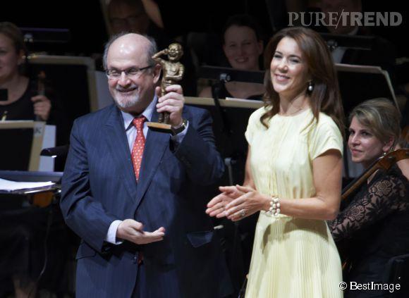 La princesse Mary du Danemark remet le prix de littérature Hans Christian Andersen à Salman Rushdie le 17 août 2014 à Odense,.