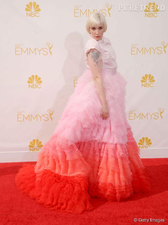 L'actrice Lena Dunham ose la montagne de froufrous aux Emmy Awards 2014.