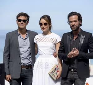 """Anaïs Demoustier, entourée de François Ozon et de Romain Duris pour le photocall du film """"Une nouvelle amie""""."""