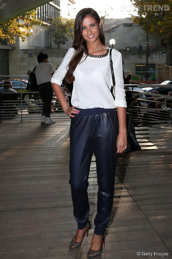 Malika Ménard fait mouche dans un style casual chic au défilé Anthony Vaccarello à la Fashion Week de Paris.