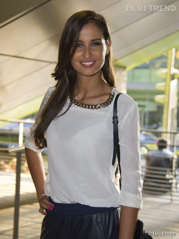 Malika Ménard, rock et sexy dans un pantalon en cuir et une chemise transparente pour le défilé Anthony Vaccarello.