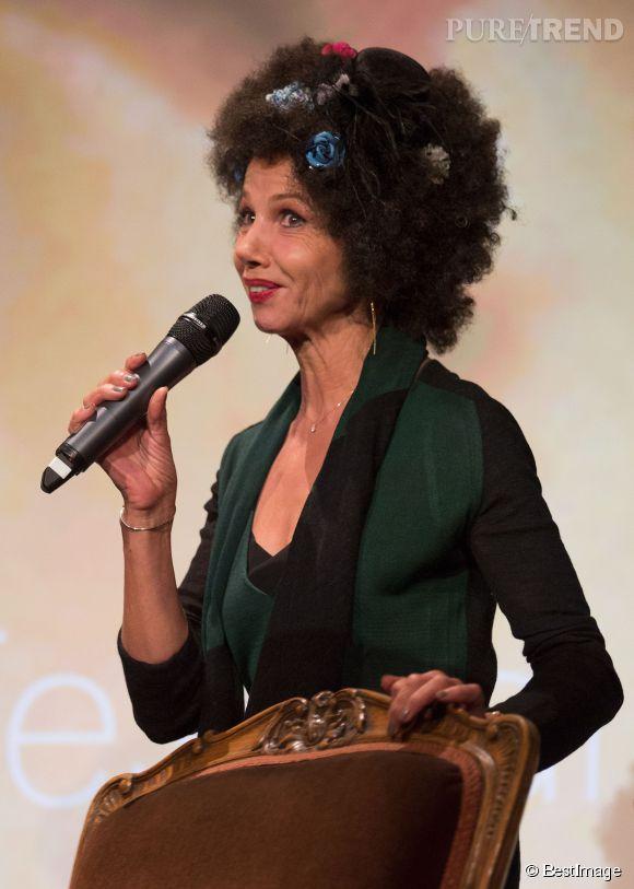Victoria Abril s'offre une coupe afro fleurie surmontée d'un bibi ! Une audace capillaire qui retient notre attention.
