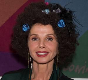 Victoria Abril ne se contente pas d'une apparition réussie, il lui faut une apparition remarquée. Elle mise sur une coiffure inhabituelle pur marquer les esprits et c'est réussi !
