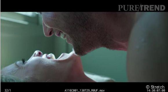 """Brooklyn Decker and Patrick Wilson rient nerveusement juste avant une scène de sexe pour le film  """"Stretch""""."""