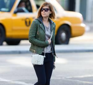 L'actrice Kate Mara adopte le combo veste en cuir et petit gilet à capuche pour une tenue de bad boy !
