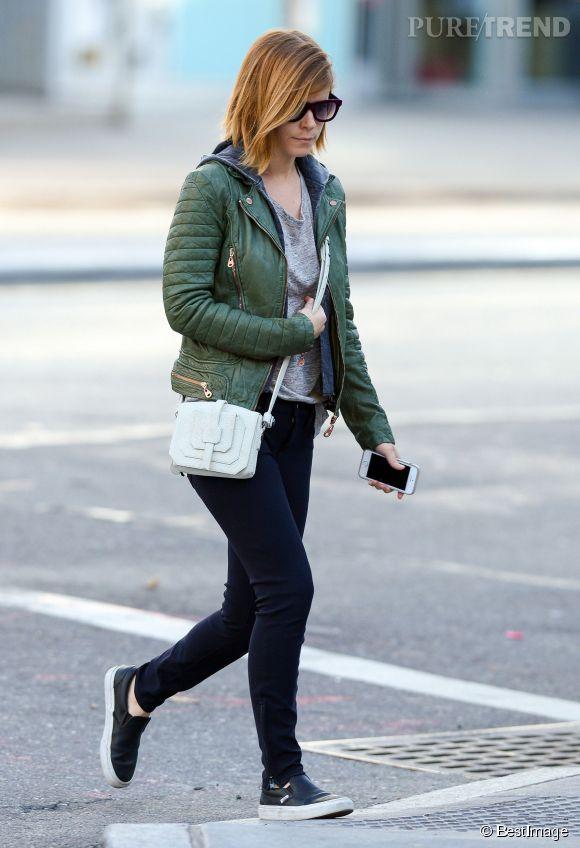 Kate Mara ajoute du chic à sa tenue en l'accessoirisant avec un joli petit sac blanc en bandoulière, un vrai sac de lady.