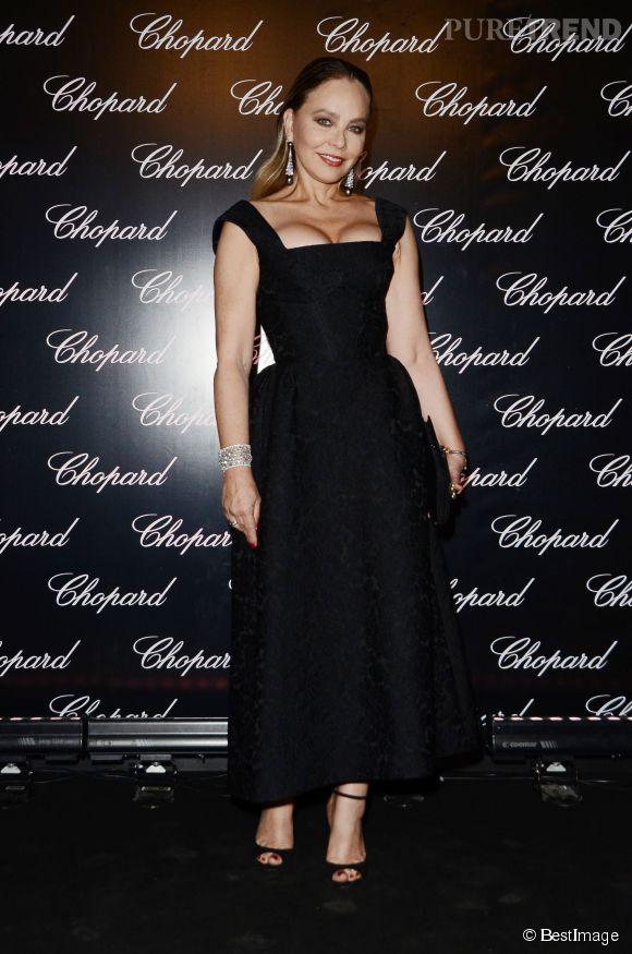 Ornella Mutti, 59 ans, est absolument radieuse dans sa longue robe noire au décolleté carré. Cette pièce s'inspire des plus jolies robes de cocktais des stars d'Hollywood des années 50.