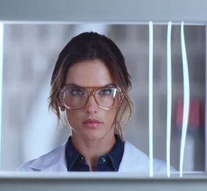 Alessandra Ambrosio : docteur sexy pour Replay