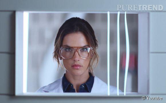 "Alessandra Ambrosio, directrice de laboratoire ""muy caliente"" pour les Hyperflex de Replay."