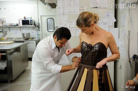 Louise Ekland et le chocolatier Vincent Guerlais procèdent à des ajustements.
