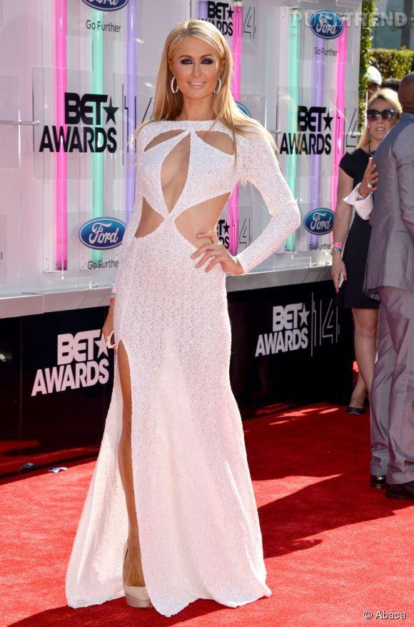 Paris Hilton :  plus elle montre de peau mieux elle se porte, d'où toutes ces découpes dans sa robe en 2014.