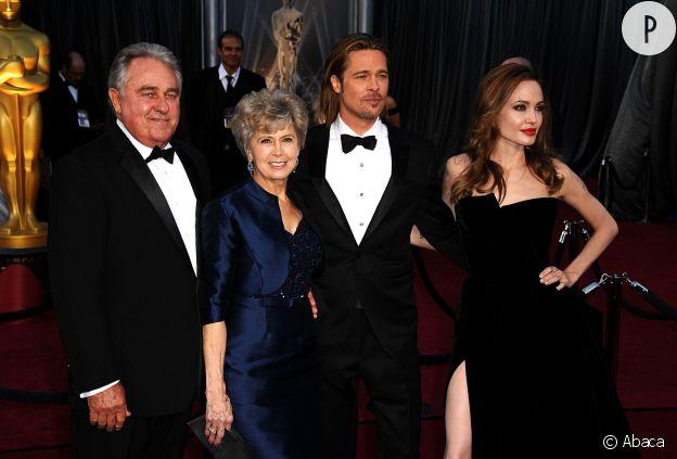 Un red carpet en famille pour Brad Pitt ici accompagné de sa femme et de ses parents.