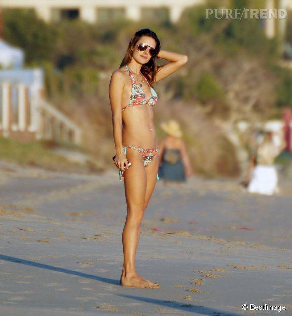 Alessandra Ambrosio se dore la pilule sur une plage de Malibu.