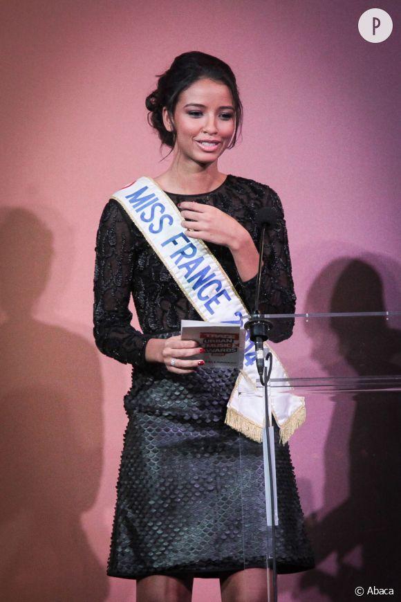 Flora Coquerel avec son écharpe. Elle devra bientôt la donner à sa remplaçante, Miss France 2015 !