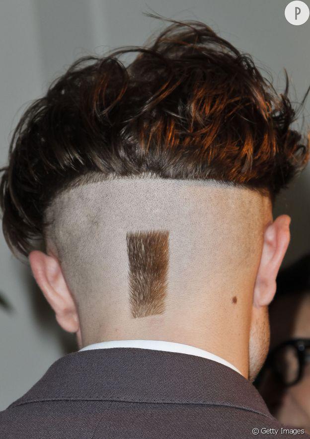 Robert Pattinson de dos, une coupe bien ridicule.