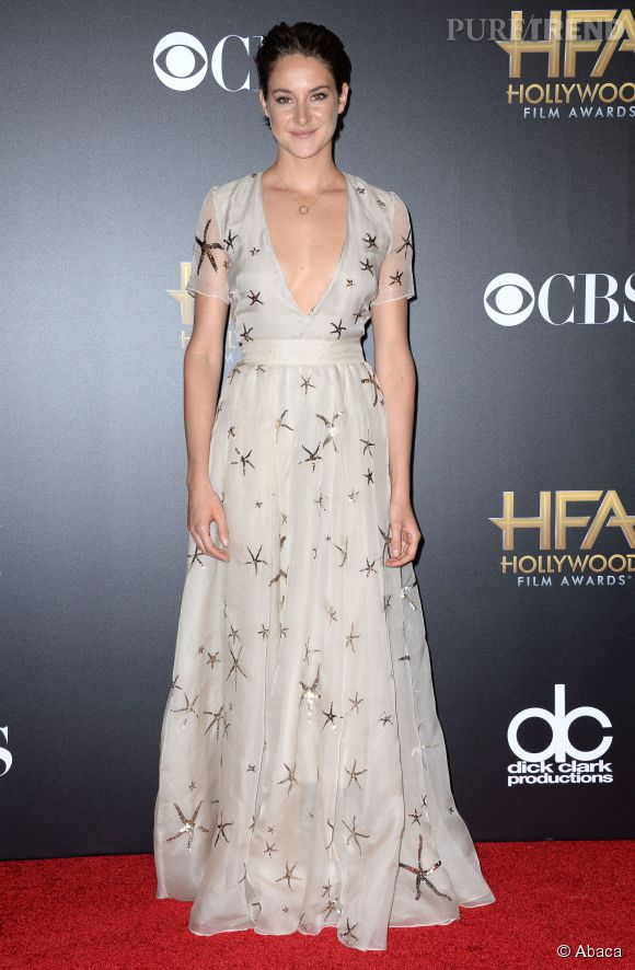Shailene Woodley dans une robe Valentino, collection Printemps 2015, au décolleté ultra sexy pour les Annual Hollywood Film Awards.