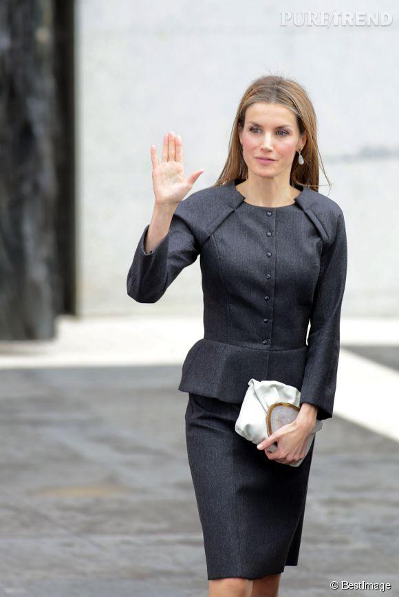 b9e253d58dca55 Letizia d'Espagne : tellement chic dans son petit tailleur jupe ...
