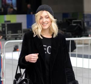 Côté accessoires, elle mise juste avec un it bag et l'indispensable de la saison, un bonnet.
