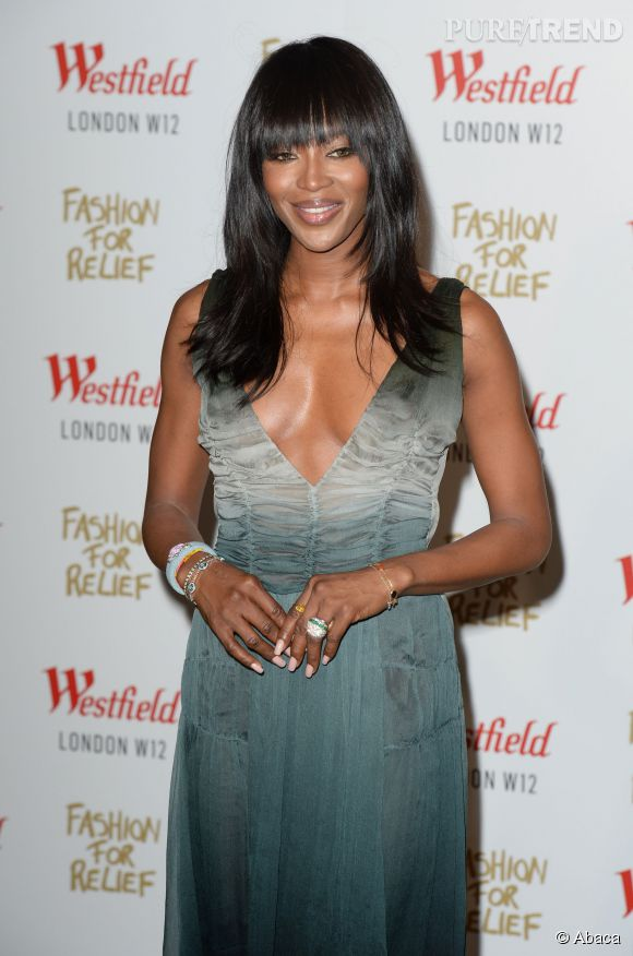 Naomi Campbell, les seins à l'air pour l'inauguration du pop up store Fashion For Relief, hier à Londres.