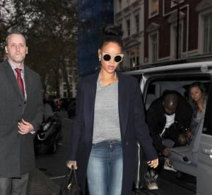 Rihanna : Manteau long, talons et vernis fluo, le look chic et choc à shopper !