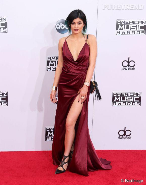 Kylie Jenner aux American Music Awards. Elle en montre chaque jour un peu plus et suit les traces de sa  soeur  Kim Kardashian.