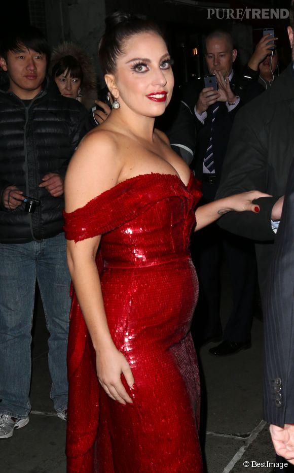 En sortir de son hôtel, le 4 décembre, Lady Gaga affichait un ventre rebondi. De quoi laisser planer le mystère...