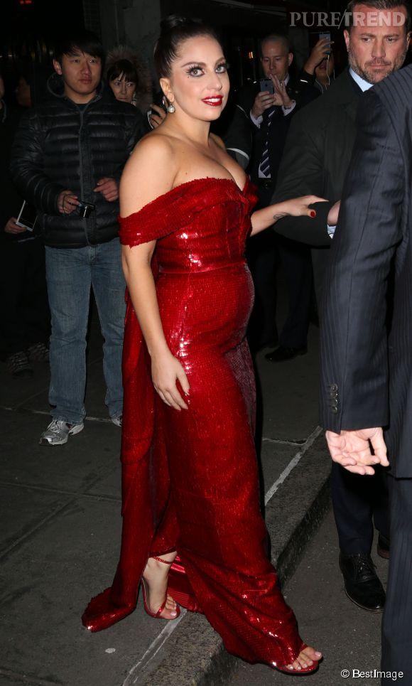 Le ventre rebondi de Lady Gaga laisse peu de doute : la grossesse semble plus probable qu'un excès de chocolat.