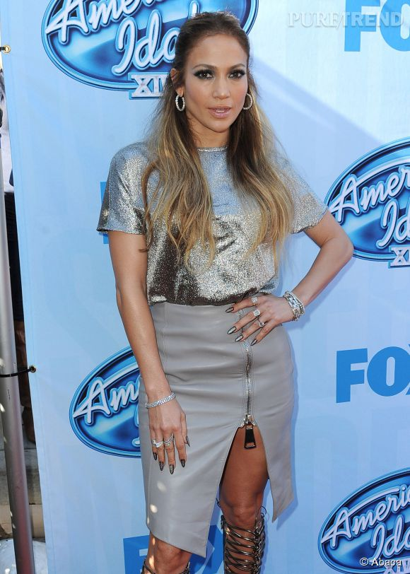 """Jennifer Lopez, sexy en jupe en cuir fendue pour la promo de la saison 14 d'""""American Idol""""."""