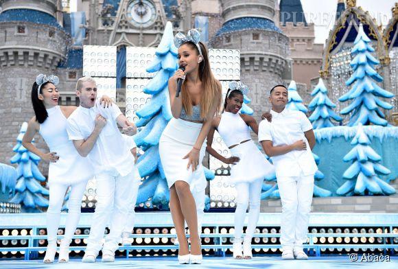 """Ariana Grande a interprété """"Last Christmas"""" et """"Santa Tell Me"""" lors de la parade """"Frozen"""" à Disney World."""