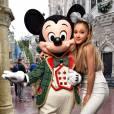 Ariana Grande, une mini diva qui fait du charme à Mickey.
