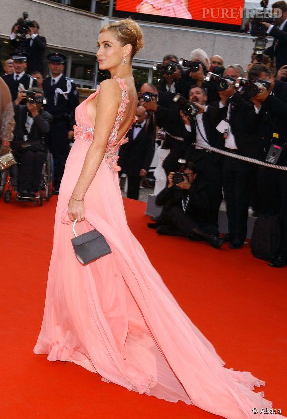 Emmanuelle Béart mixe robe rose et dos nu plongeant. Résultat, elle sublime sa peau hâlée et se transforme en icône de beauté.