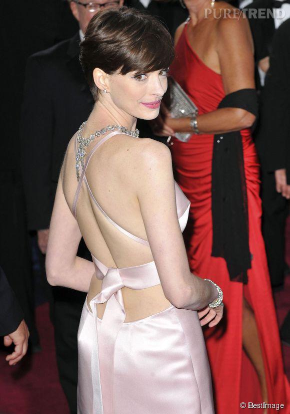 Anne Hathaway prouve qu'un bout de ruban peut faire beaucoup d'effet.