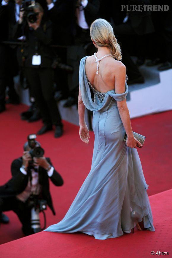 Naomi Watts nous subjugue avec son dos nu bijou qui doit valoir des millions.