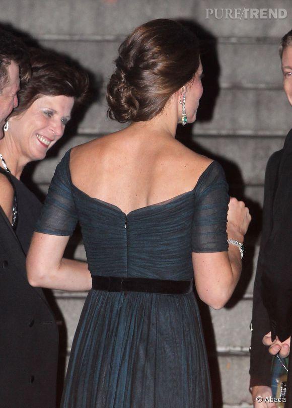 Kate Middleton prouve qu'un dos nu peut être très élégant avec un joli chignon.