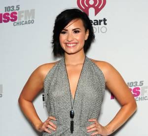 Demi Lovato : c'est Noël, mini robe argentée et décolleté sensuel
