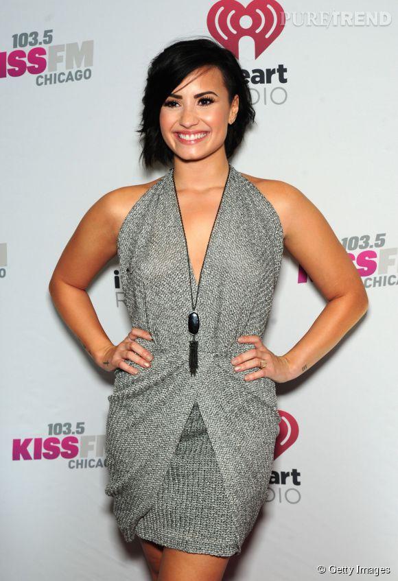 """Demi Lovato, éblouissante dans une robe argentée pour le """"Jingle Ball Tour"""" de passage à Chicago."""