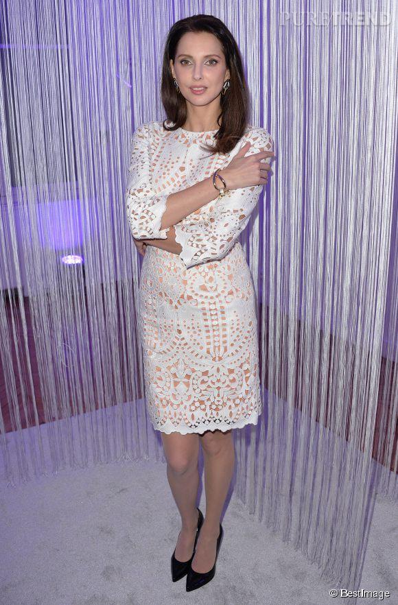 Férdérique Bel met à l'honneur une robe façon dentelle de la maison.