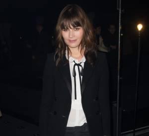 Marina Hands porte la chemise blanche à merveille. Une vraie it girl parisienne.