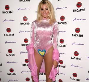 La chanteuse n'a pas peur d'adopter des tenues improbables pour faire son show.