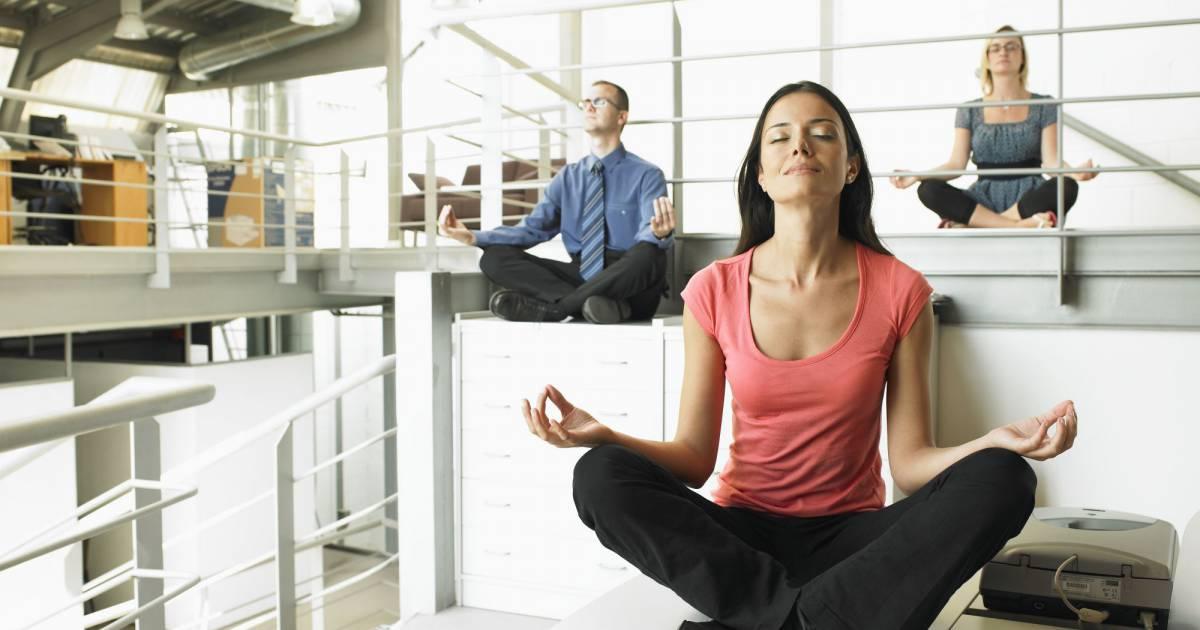 le yoga au bureau c 39 est possible. Black Bedroom Furniture Sets. Home Design Ideas