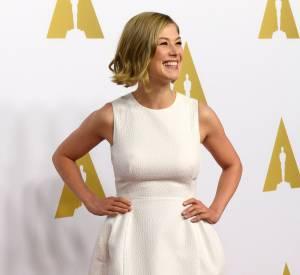 Rosamund Pike porte une robe Vionnet et des sandales Brian Atwood durant le déjeuner des nominés aux Oscars le 2 février 2015 à Beverly Hills.