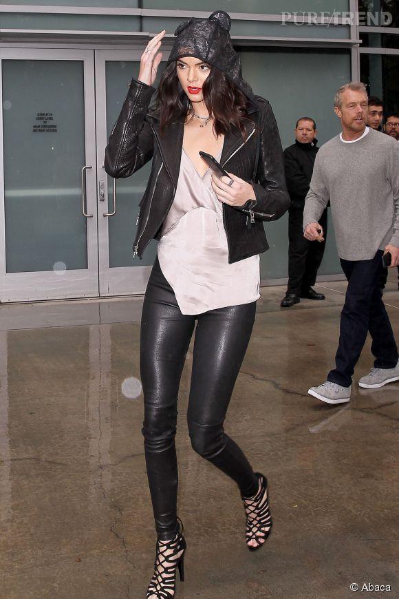 Kendall Jenner n'hésite pas à faire preuve d'humour par temps de pluie avec une capuche aux oreilles d'ourson.