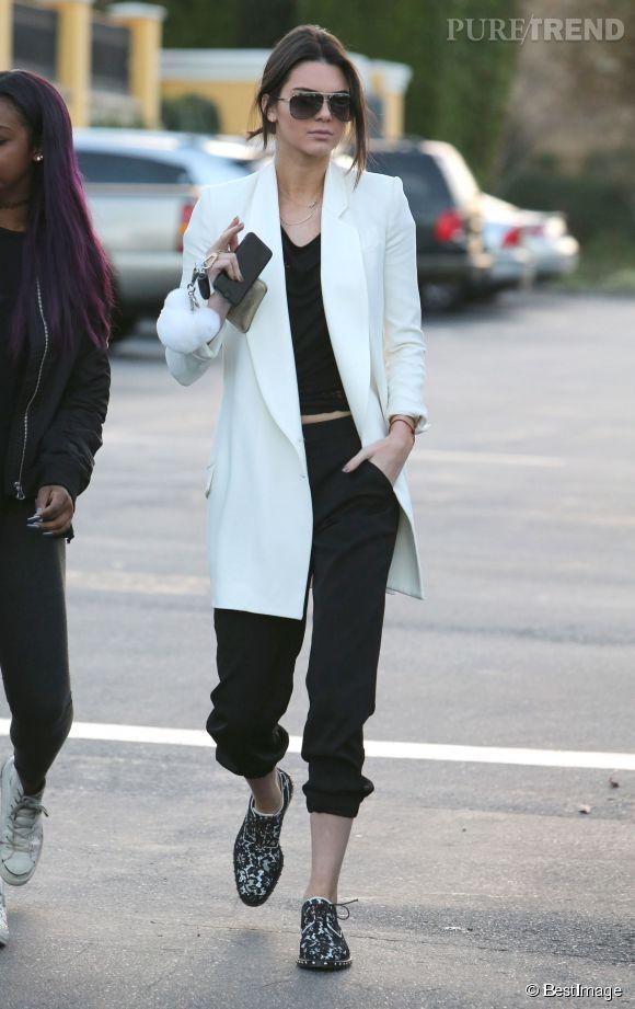 Kendall Jenner mixe avec succès les tendances boyish et noir et blanc.