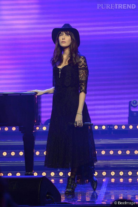 """Nolwenn Leroy arborait un look bohème et rock sur la scène des Folies Bergères pour """"La 3eme Nuit de la Déprime"""", le 9 février 2015."""