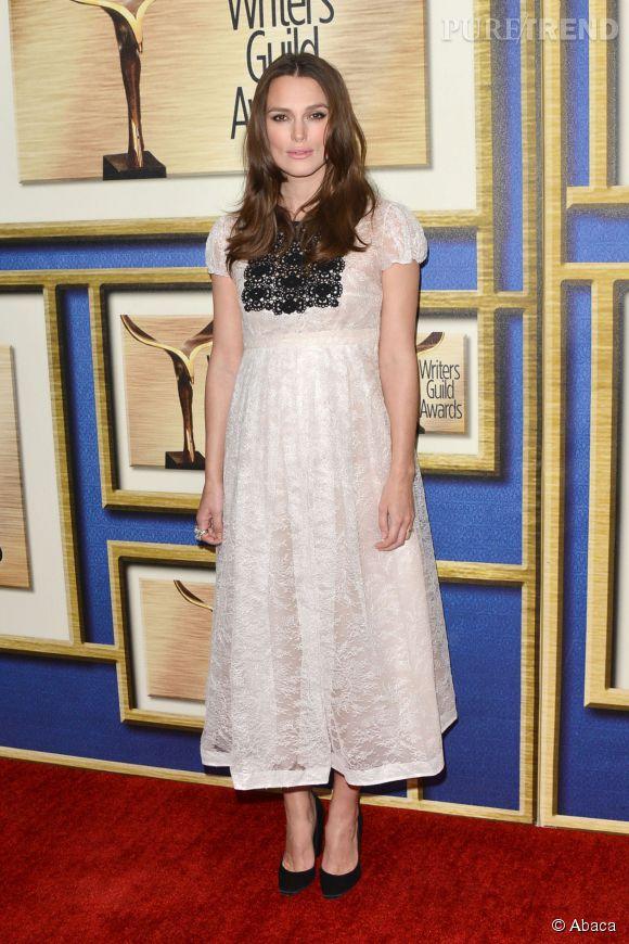 Keira Knightley, baby bump en avant sur le tapis rouge des Writers Guild Awards.