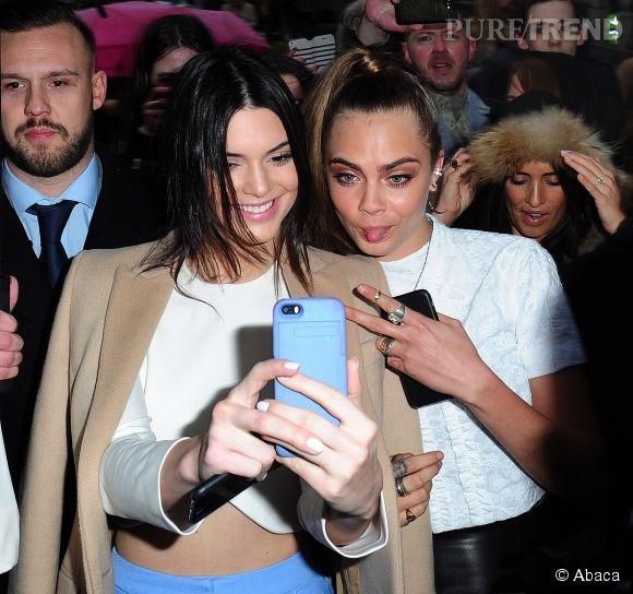 Kendall Jenner et Cara Delevingne en pleine séance de selfies à la Fashion Week de Londres.