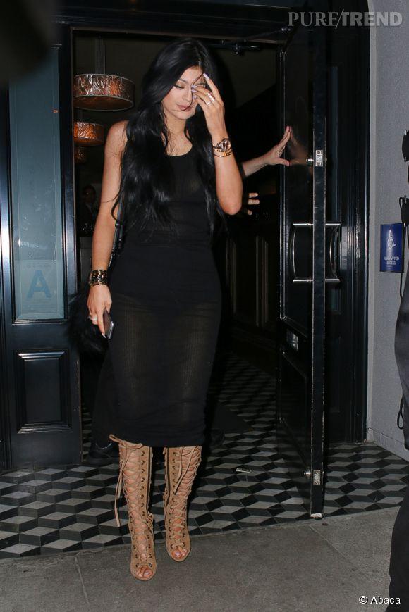 Kylie Jenner attire le regard des paparazzi.