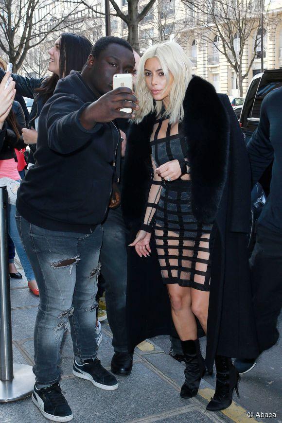 Kim Kardashian prend la pose avec ses fans parisiens.